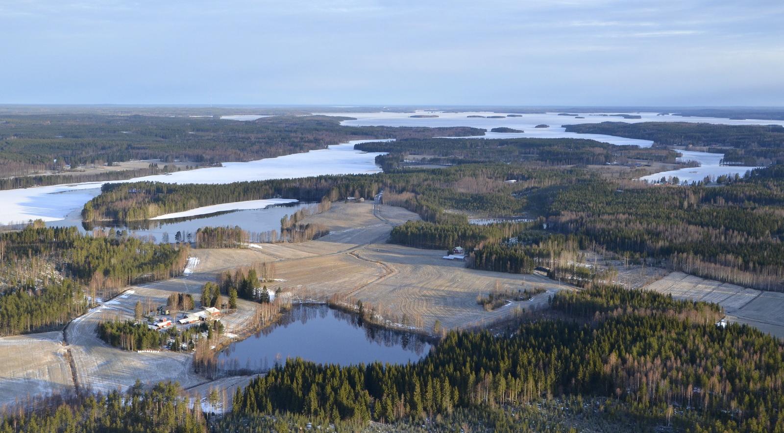 Lähimpänä Pienijärvi ja taustalla Kolimaa lennolla 29.4.2021
