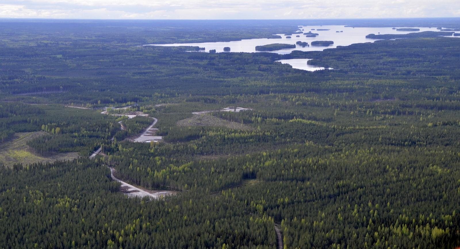 Ilosjoen radiomaston kohdalla nelostien länsipuolella on tuulivoimaloiden pohjia tekeillä. Taustalla Alvajärvi.