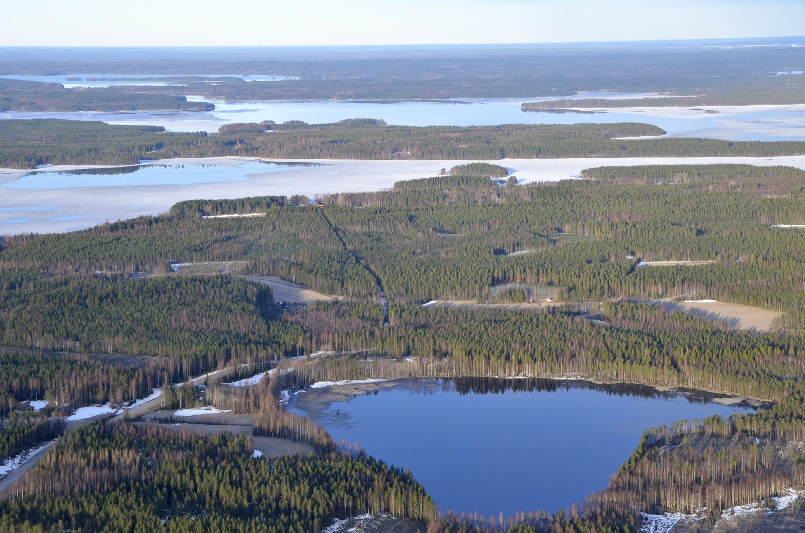 Naistenjärvi lähimpänä, Paanalanselkä seuraavana. Kauimmaisena Muuruejärvi, joka ainakin osin sula.