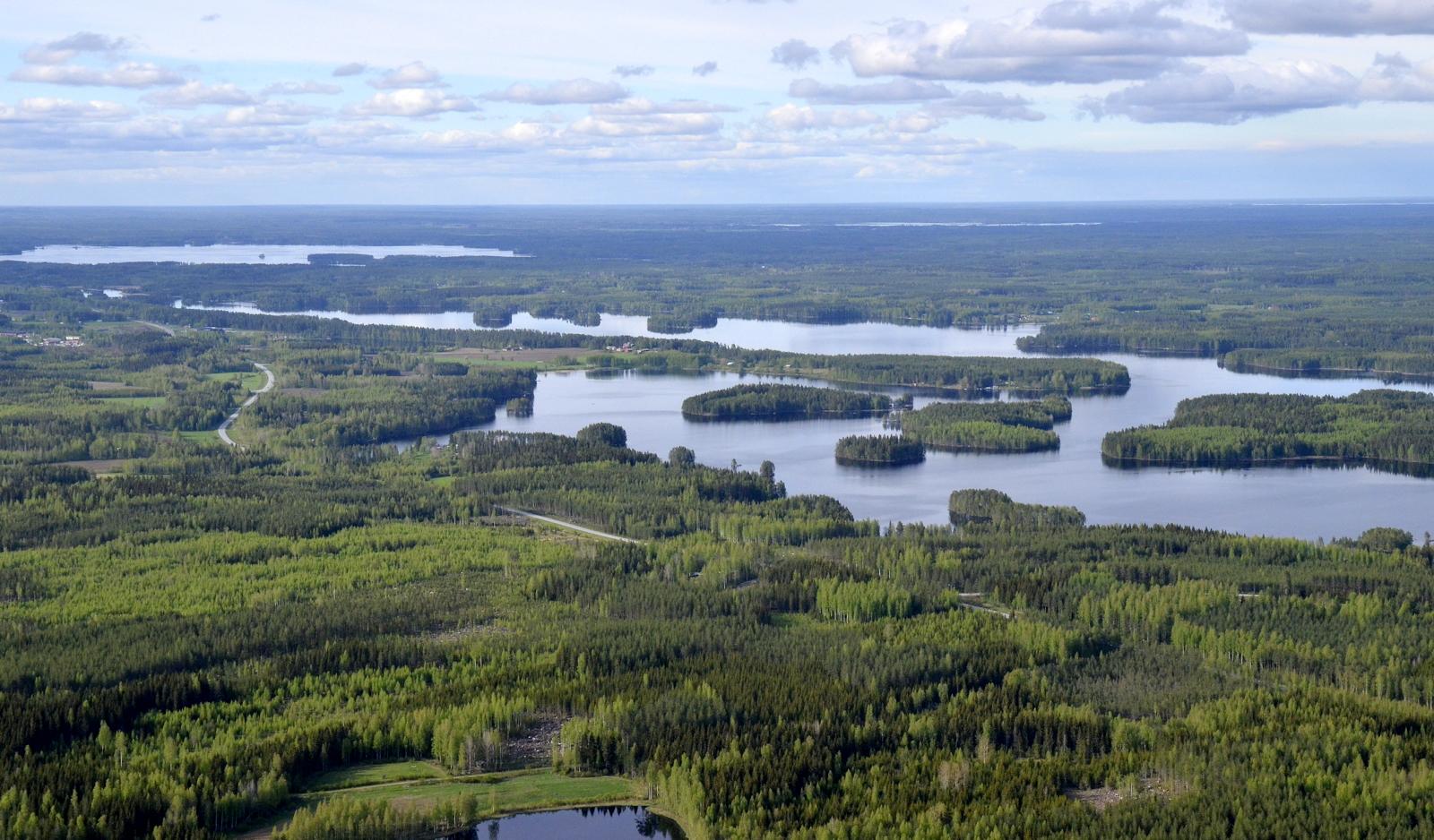 Niemenharju ja Saparoniemi vesien keskellä.