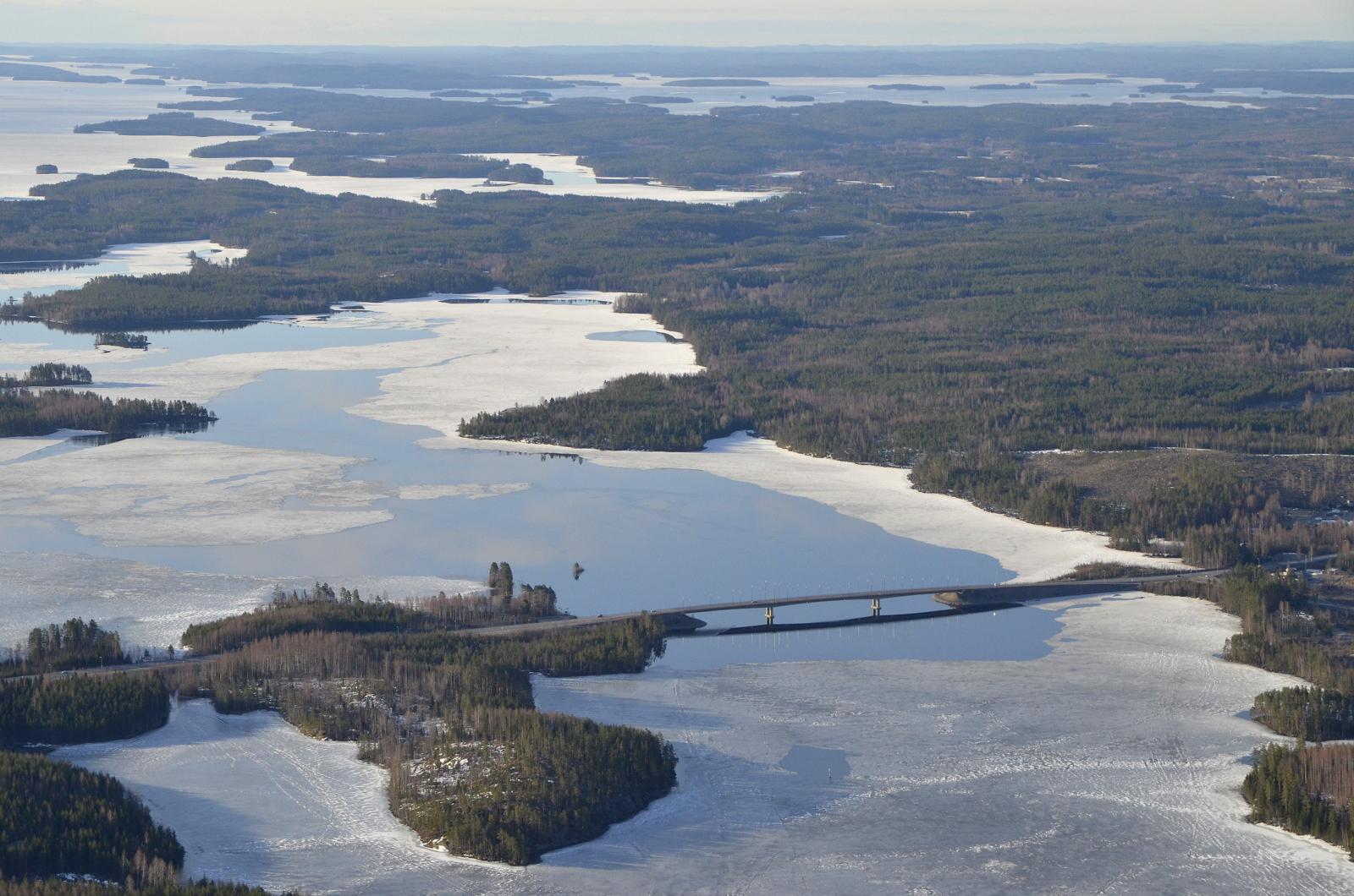 Hännilänsalmi, oikealla taustalla Keitelejärven Karttuselkä, jäässä vielä.