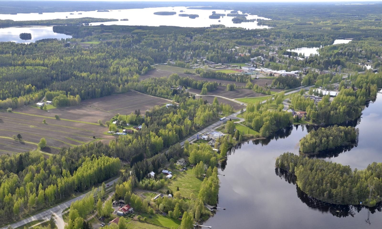 Pihtiputaan taajama, taustalla Alvajärvi.