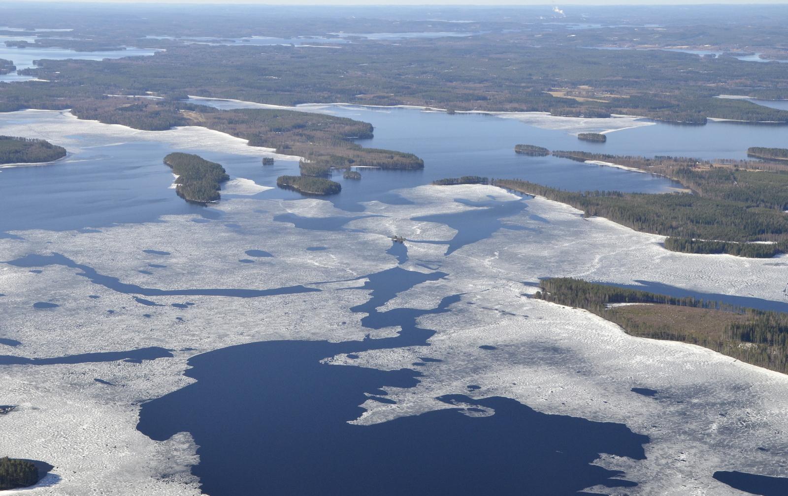 Oikealla Soskonniemi ja sen vastapäätä vasemmalla Riihiniemi.