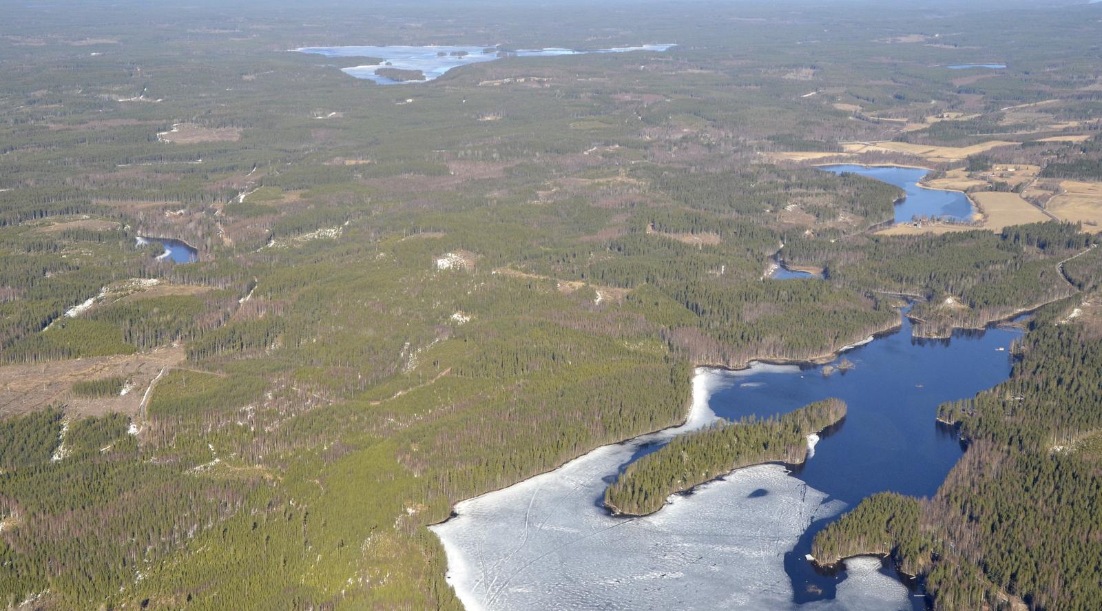 Nyt käännän keulan paluumatkalle, noin tunnin lennon jälkeen. Kuvan ylälaidassa Iisjärvi ja alhaalla Kajamanlahti.