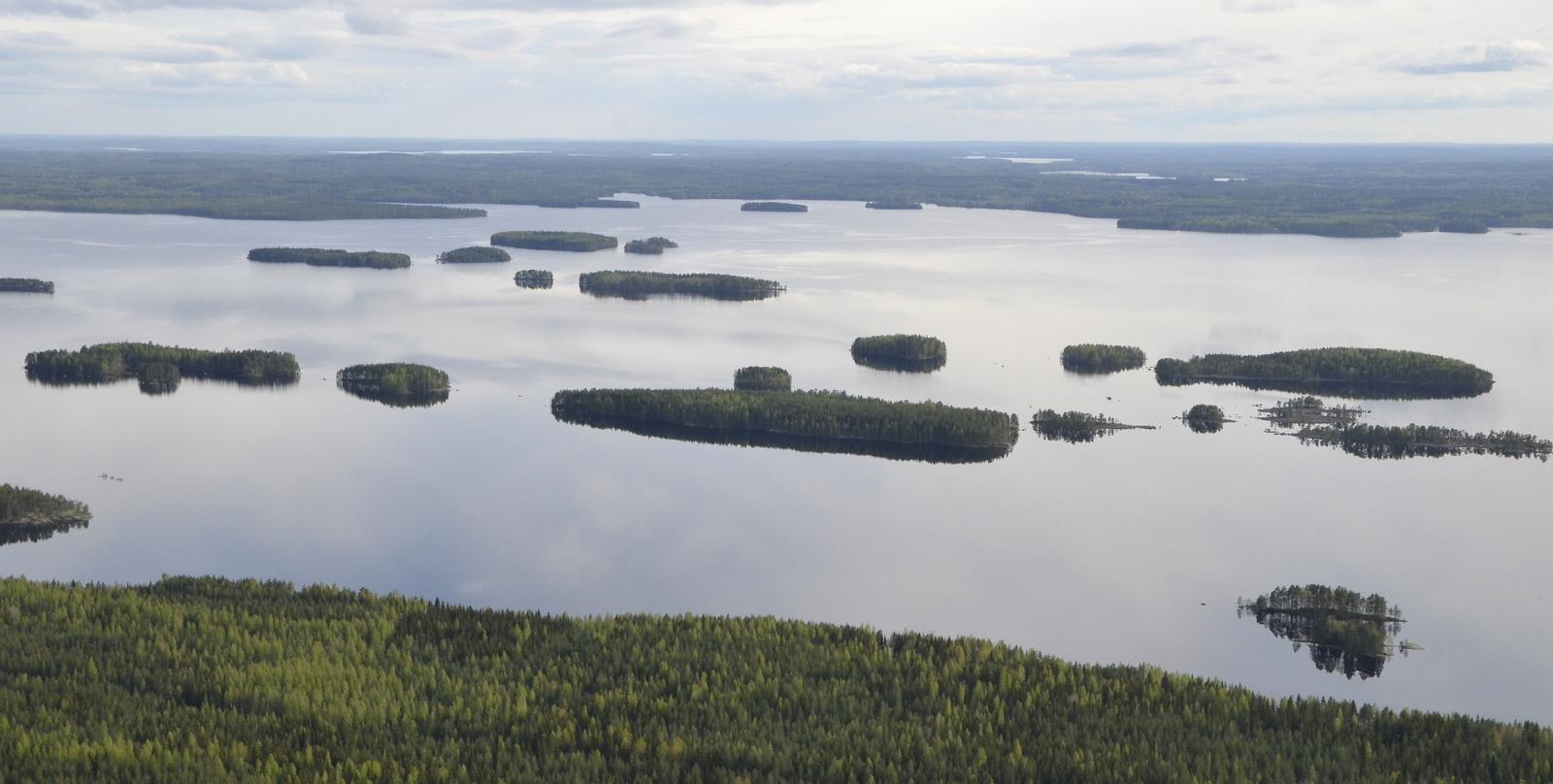 Harmaalarannan edustan saaria. Taustalla siintää Keitelejärvi ja Viitasaari.