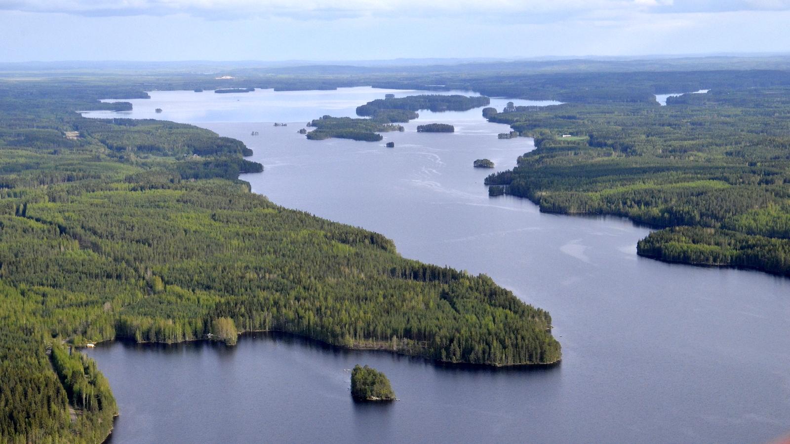 Lahoniemi Tohmokylän päältä kuvattuna. Taustalla Matoselkä ja Kolimanpää.