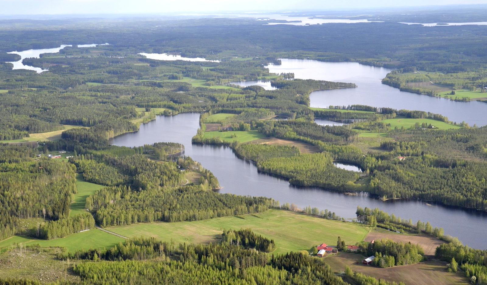 Keskellä Kuhalanlahti, oikealla Tiirisen- ja Autionselät. Taustalla oikealla Keitelejärven Muikunlahti.