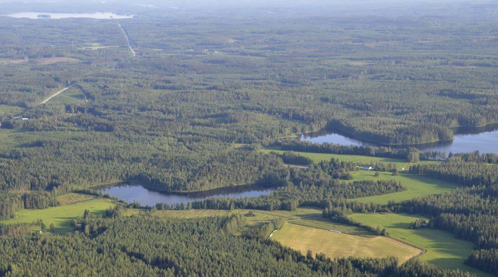 Korppisjärvet Niinilahden lounaispuolella. Taustalla Räihänselkä.