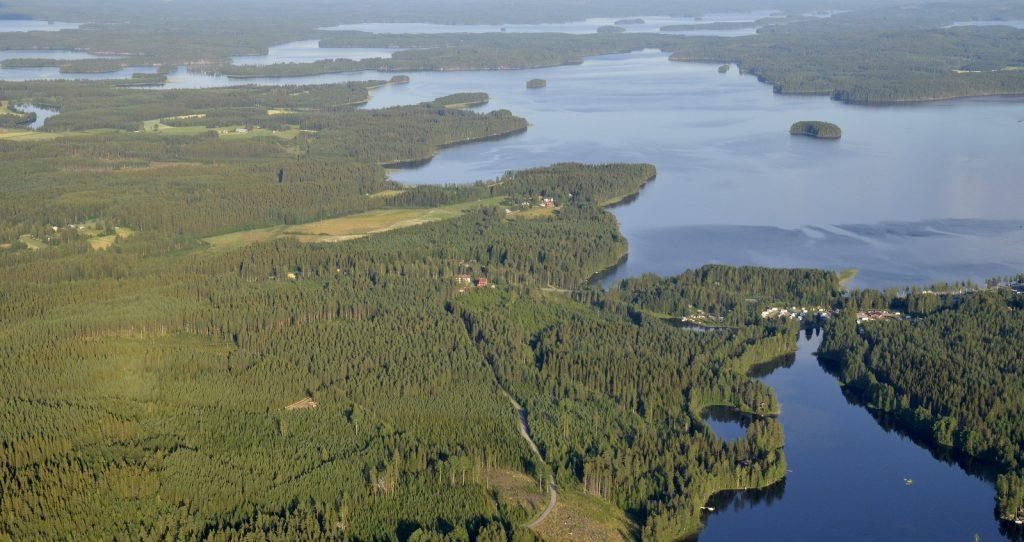 Vasemmalla Räihän kylällä entiset koulut. Oikealla karavaanarien alue Lintulahti.
