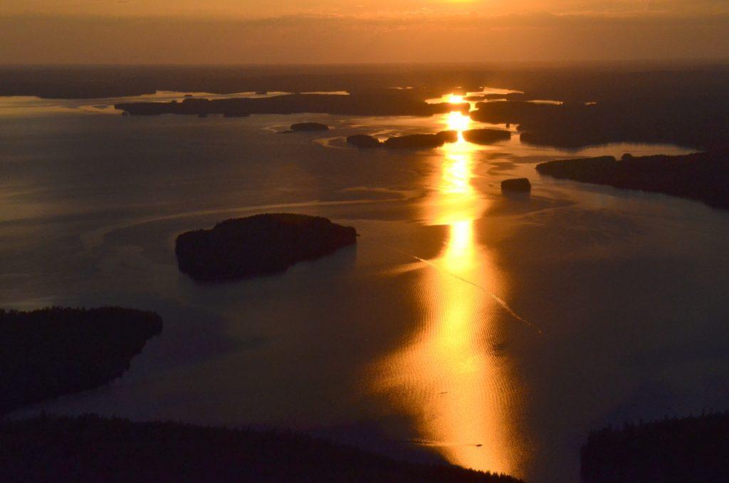 Tämä ehkä auringonsilta ja siinä sillalla näkyy kaksi kanoottia.