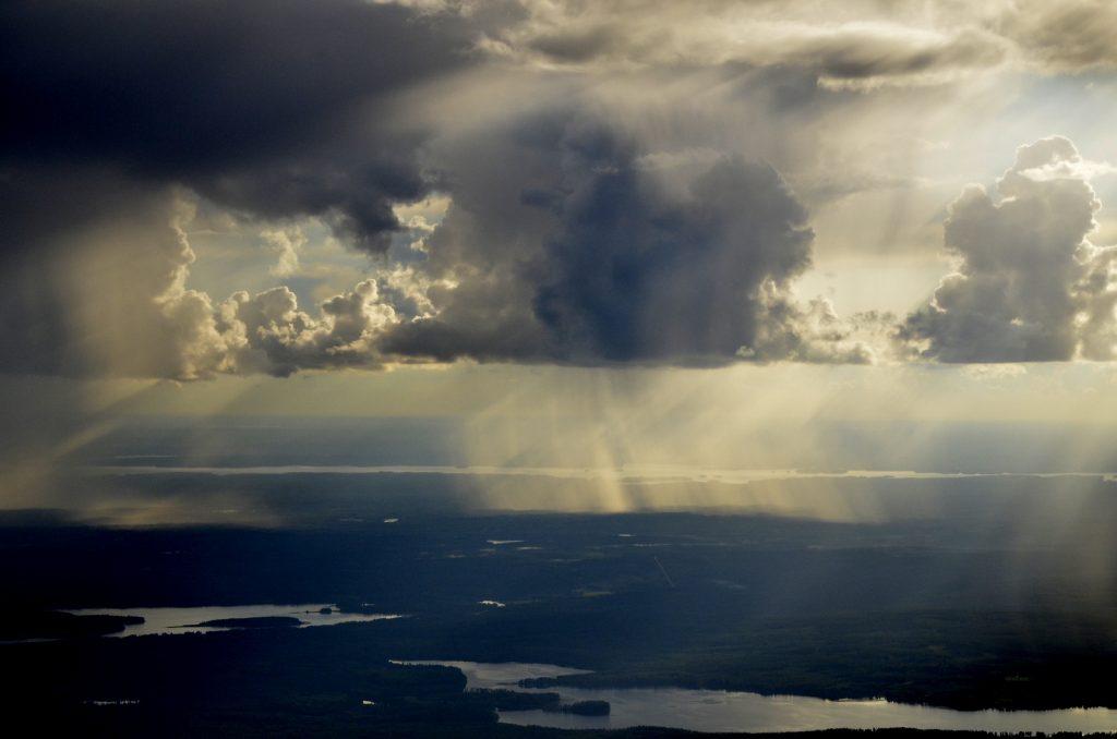 Nämä pilvet sataa Löytänän ja Keitelepohjan seudulla.