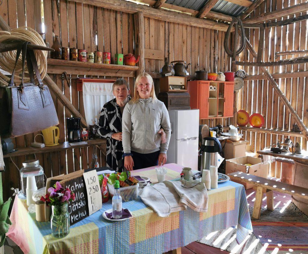 Kesän näyttelyiden Kyläseuran kahviota hoiti (pl. 6.8 ) Elsa Paananen ja mummonsa Ritva Paanasen kanssa yhdessä. Kiitokset heille:)