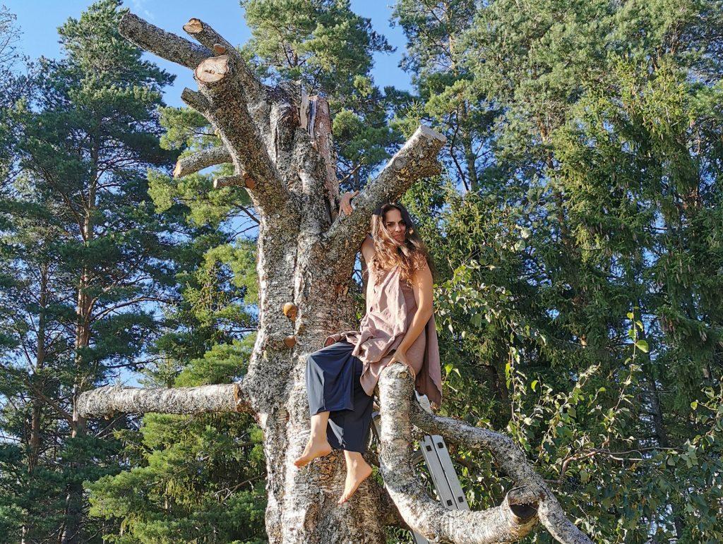 """Tara Khozein kiipesi testaamaan meidän """"suruvaiheessa"""" olevaan koivuun."""