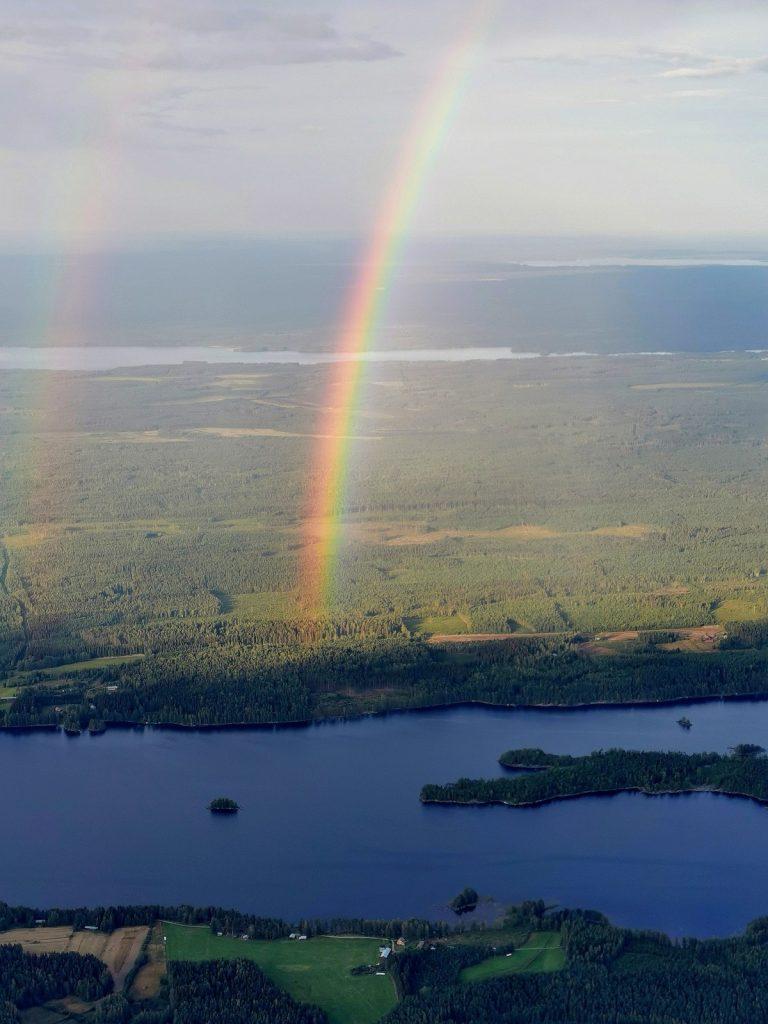 Koliman Puralansalmen takana näkyy Kolkkujärvi. Aarre lienee jossakin noilla haminoilla?:)